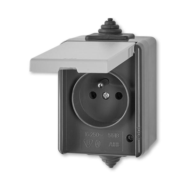 Zásuvka jednonásobná pro průběžnou montáž s víčkem Praktik šedá