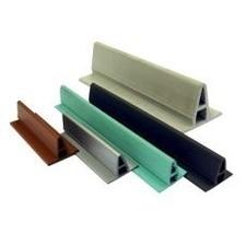 ALKORDESIGN profil z PVC pre vytvorenie imitácie stojatej drážky, svetlo šedá